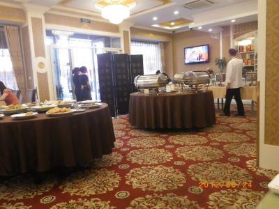 富利達美食の中。朝食は中華料理のバイキング。種類は少ない