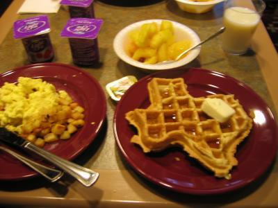 朝、ここでも、テキサスワッフルを焼いて食べられる。