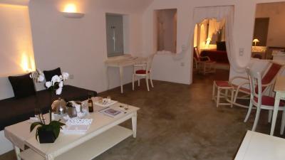 居間から寝室方向です。テーブルにはウェルカムワイン・チーズ。