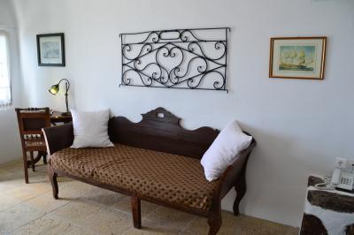 広くはないけど、アンティーク調の家具がステキなリビング。