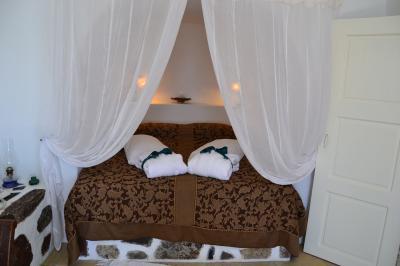洞窟の中で眠るような気分に浸れるベッド。