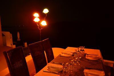 ヴィラのレストラン。サンセット後はちょっと暗すぎる…