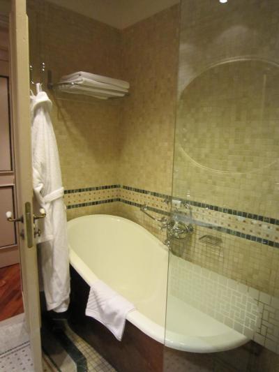 バスタブが可愛い。でもシャワーブースもあって使いやすいです。