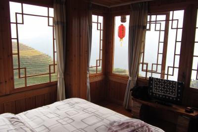 これが、窓2つ、ベッド1つのこのホテルに泊まる価値ある部屋