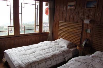 ベッド2つ、窓1つの部屋です。とても狭くて…ダメです。