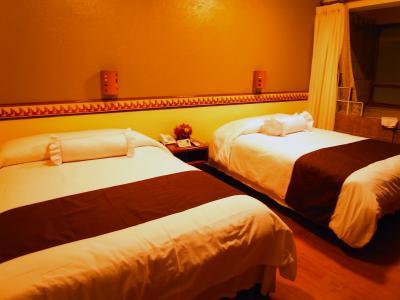 客室内。広々としたベッド。