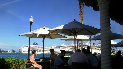 ビーチレストランからは船が見える
