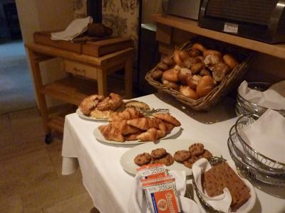 朝食のパン。ドイツパン好きにはたまりません。
