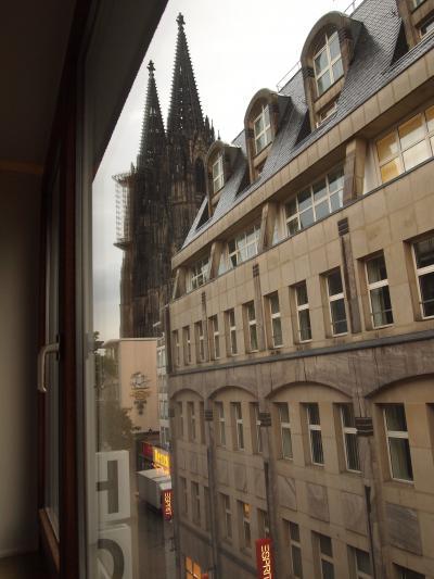 窓の外には大聖堂がチラリ。