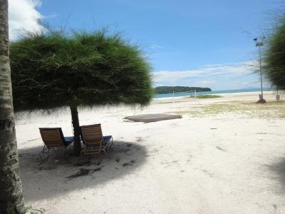 広い敷地に2階建てコテージが点在するビーチリゾートで家族連れに最適