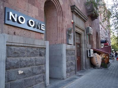 NO ONEとOur Villageという飲食店の間に入口が
