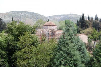 ダフニ修道院は修復中(2011年5月の段階)