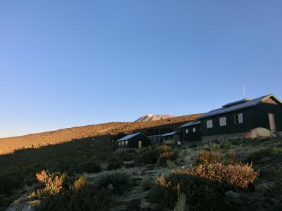 朝日に照らされ、山頂も光ります