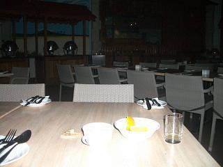 早朝の真っ暗なレストラン