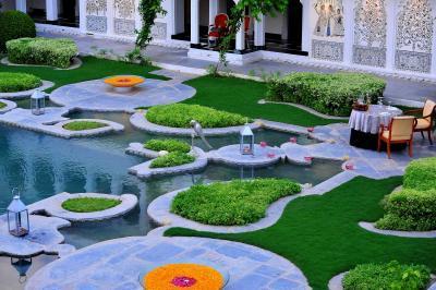 中庭。緑色に赤とオレンジ色がアクセントです。