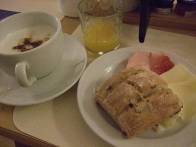朝食のパンは種類豊富。その他はハムが数種類とチーズなど。