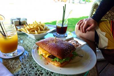 チーズバーガー+ポテト約3500円 日本人なら1個でいいかも