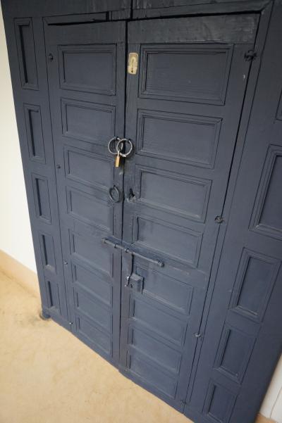 部屋の扉。鍵は南京錠。