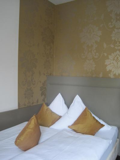 お部屋の雰囲気はお洒落なのですが、ベッドはこの通り小さいです