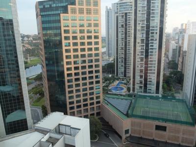 客室の窓から見た周辺のビル群。