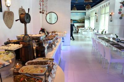 高級ホテル併設のレストランでフィリピン料理のビュッフェ
