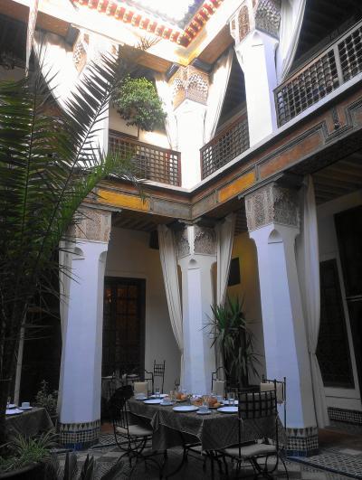 リヤド・シサイード中庭で朝食。
