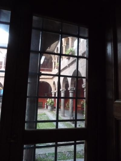 室内から中庭を見る