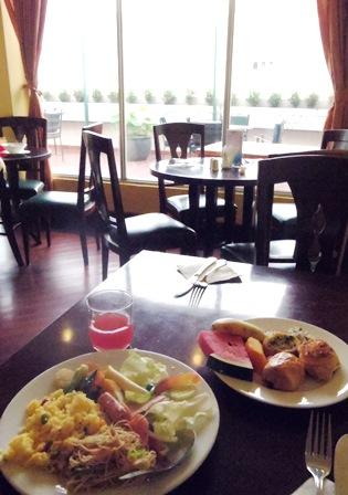 バイキング式の朝食。他にフォーも頼めます。