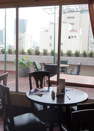 食堂は8階で、テラス席もあり。