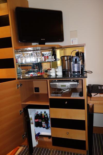 お茶セットと冷蔵庫があります。