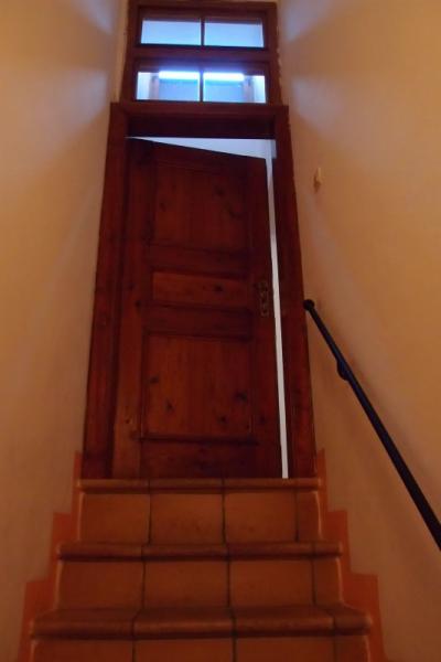 部屋の扉は階段の突き当り。