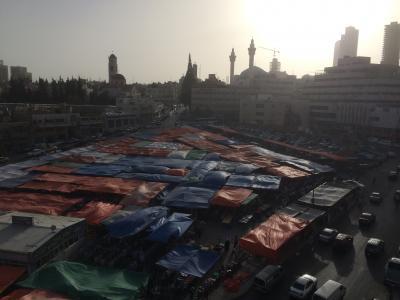 眼下に市場、向こうに青のモスク