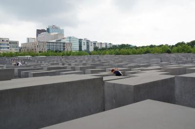 人々の憩いの場になっている記念碑