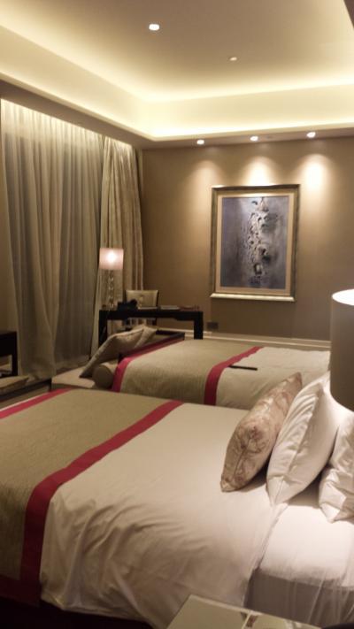 ジュニアスイートの寝室です。ダブルベッド2つ