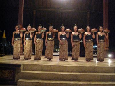 バリ舞踊、ジャワ舞踊を見ながら、王宮スタイルのディナーを・・