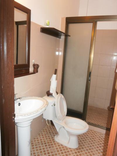 こじんまりしたシャワー室とトイレ
