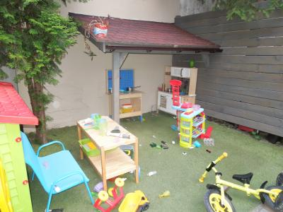 家族で来てもいいように、子供の遊具などもある。