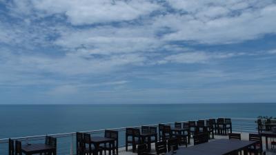 地平線を見渡す絶景と、鮮度抜群のシーフード料理のお店