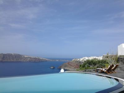 ペリヴォラスのプールとエーゲ海のコラボ!