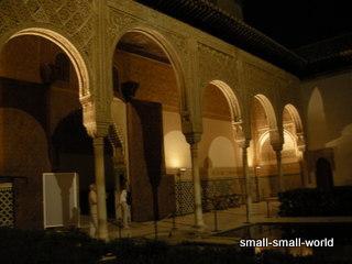 夜のナスル宮殿見学がお勧めです。