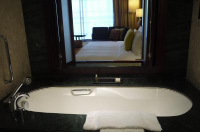 バスルームは扉を開けると景色を眺められます!!
