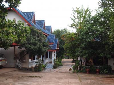 入口から道の奥にフロントとホテルがあります。
