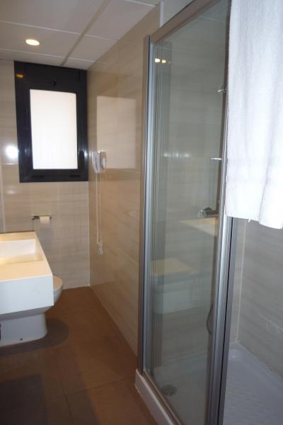 右のガラスばりがシャワールームです。