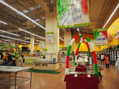 大規模スーパー。メキシコのお菓子やお酒を買うならここで。
