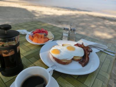朝食。レストランバーでも取れますが、おすすめはビーチで!