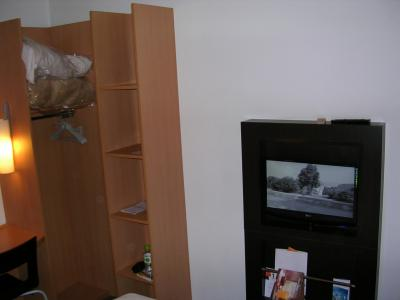 便利な収納棚とテレビ