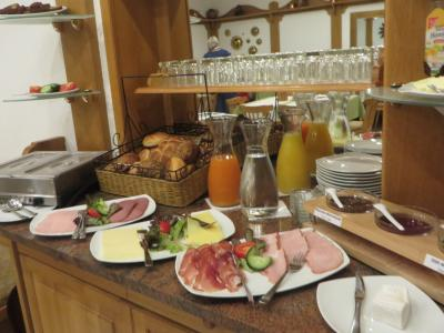 朝食は、ハムやチーズが一通りあります