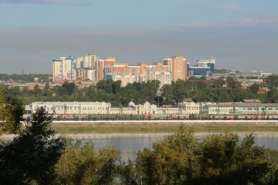 アンガラ川向こうにシベリア鉄道のイルクーツク駅が見えます