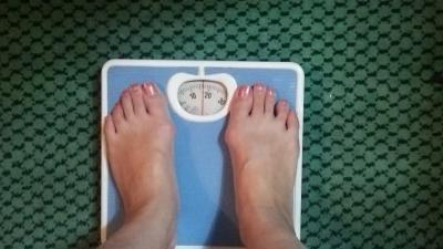 部屋に体重計が!乗ってみたら17kgってそんなw