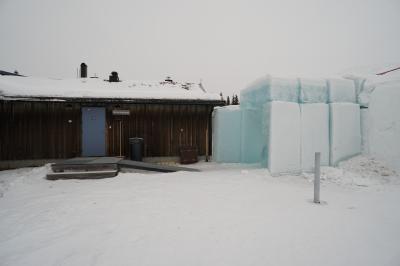 受付/シャワー/ロッカーのある建物とアイスルームの境目